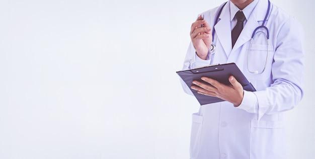 Doutor, segurando, um, área de transferência, com, prescrição