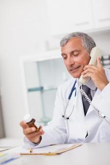 Doutor, segurando, um, caixa droga, e, um, telefone