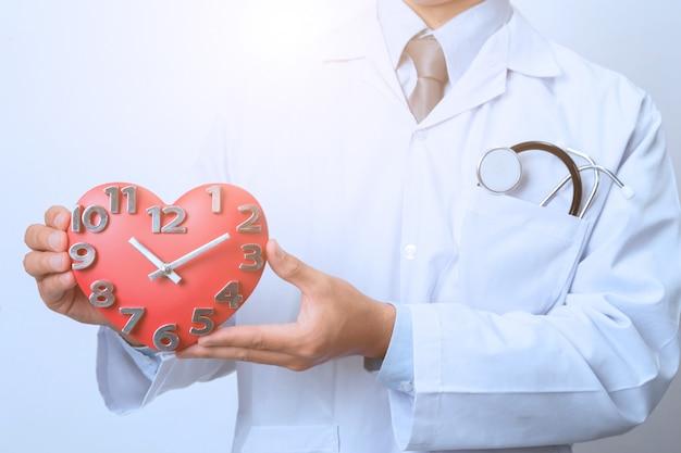 Doutor, segurando, um, clock, conceito, para, sincronismo, médico, e, cuidados de saúde