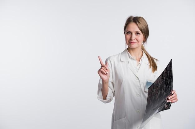 Doutor, segurando um raio-x e apontando para o espaço em branco da cópia