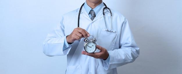 Doutor, segurando um relógio, conceito de tempo, medicina e saúde