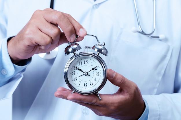 Doutor, segurando, um, relógio