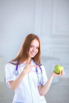 Doutor, segurando uma maçã verde. conceito de comida saudável.