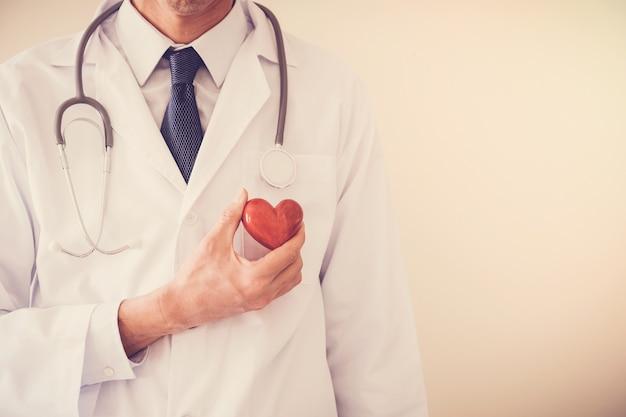 Doutor, segurando, vermelho, coração, coração, seguro saúde, conceito