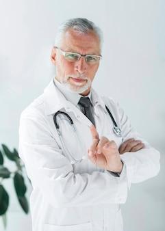 Doutor sênior, acenando, dedo