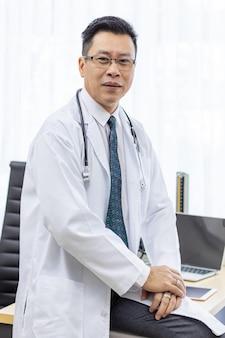 Doutor sênior na sala de exame
