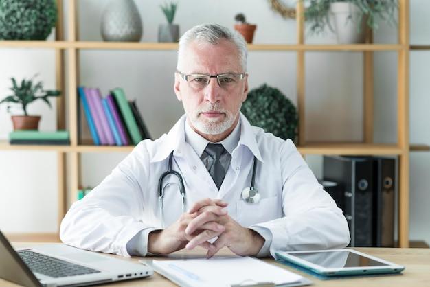 Doutor sênior, sentando, em, escritório