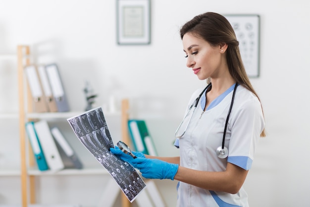 Doutor sorridente, olhando para uma radiografia