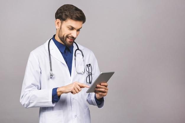 Doutor sorridente usando um computador tablet