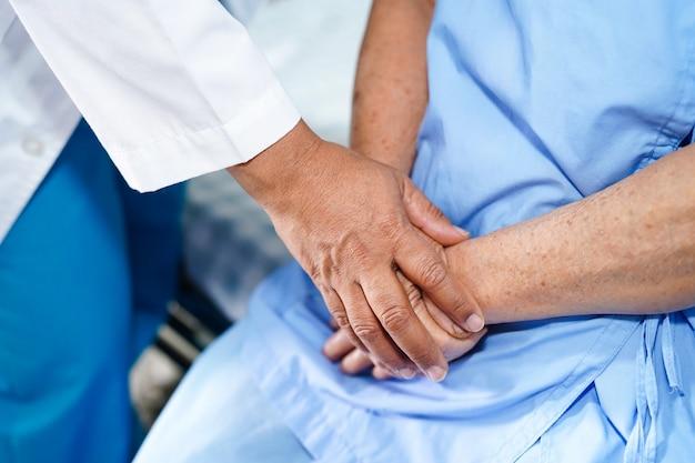 Doutor, tocar, mãos asiático, mulher sênior, paciente, com, amor