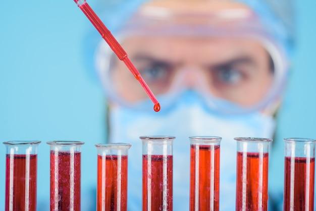 Doutor trabalha com amostra de sangue em laboratório cientista faz teste em laboratório de pesquisa