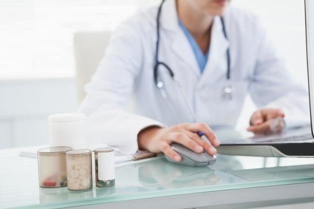 Doutor, usando, dela, laptop