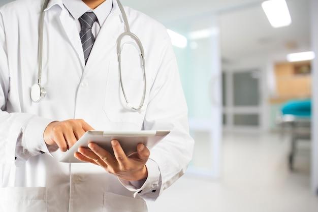 Doutor, usando, um, tablete digital