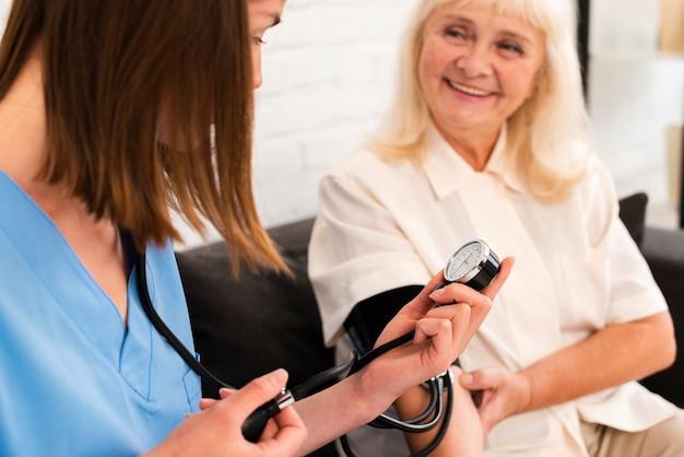 Doutor, verificar, antigas, mulher, sangue, pressão