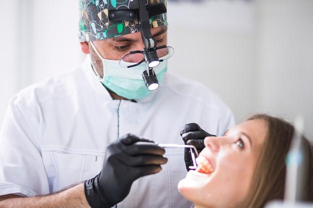 Doutor, verificar, femininas, paciente, dentes, em, clínica