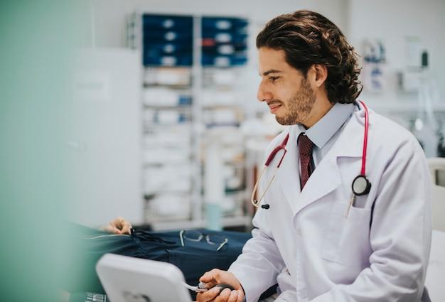 Doutor, verificar, um, pacientes, pressão sangue