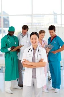 Doutora sorridente com sua equipe