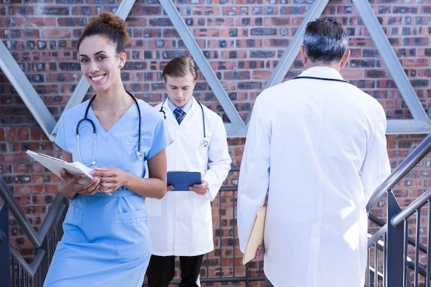 Doutores, andar escada, em, hospitalar