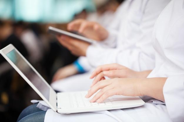 Doutores, com, laptop, e, almofada, ligado, a, conferência