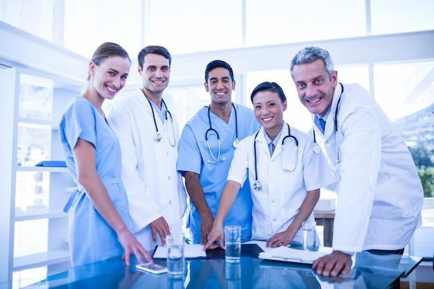 Doutores, e, enfermeiras, sorrindo, câmera