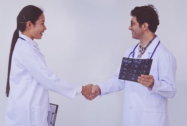Doutores, segurando, um, área de transferência, com, prescrição, conceito, trabalho equipe