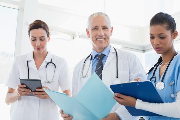 Doutores, trabalhando, junto, ligado, pacientes, arquivo, em, escritório médico