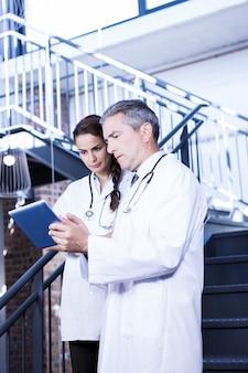 Doutores, usando, tablete digital, ligado, escadaria, em, hospitalar