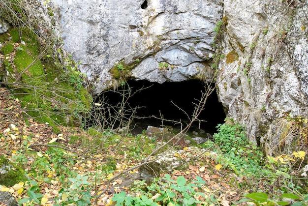 Dove hole cave entrada na montanha.