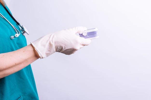 Dr. segurando um oxímetro no conceito de medicina de fundo branco