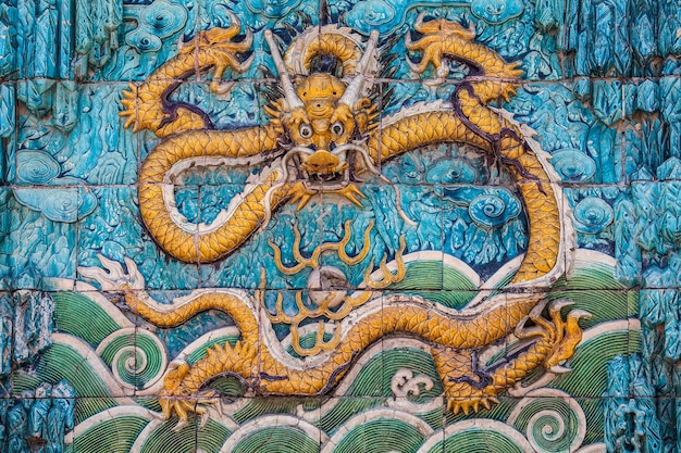 Dragão amarelo com asas dianteiras levantadas na parede