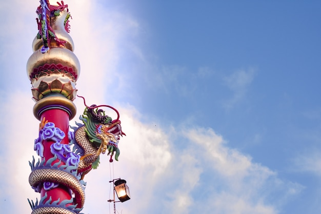 Dragão asiático tradicional do templo. arte finala budista da arquitetura da arte da escultura do dragão espetacular.