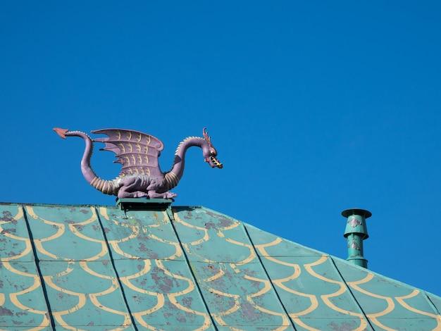 Dragão vintage no telhado.