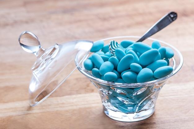 Drageias azuis amêndoa doce para comemorar um recém-nascido