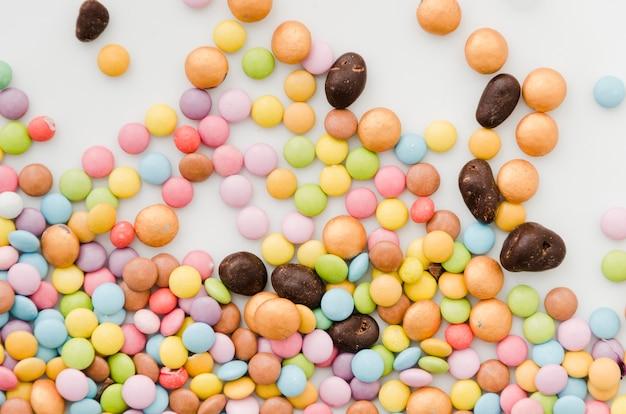 Drageias multicoloridas e bombons de chocolate