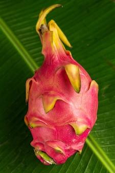 Dragon fruit inteiro no modelo de lief de banana verde.