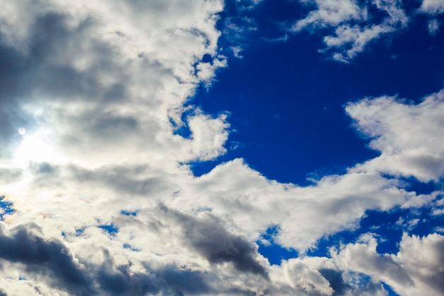 Dramáticas nuvens tempestuosas.
