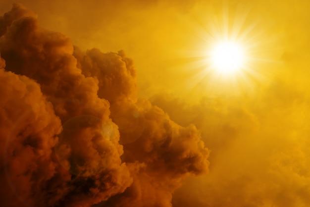 Dramático pôr do sol e nascer do sol céu e nuvens