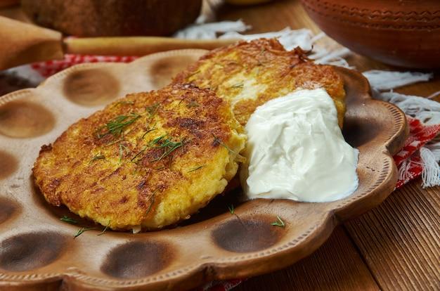 Draniki, bolinhos de batata, cozinha bielorrussa, pratos tradicionais variados, vista superior.