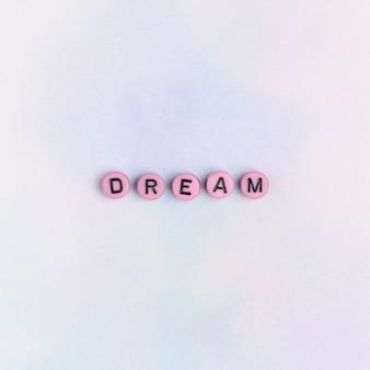 Dream word grânulos tipografia de texto na mesa