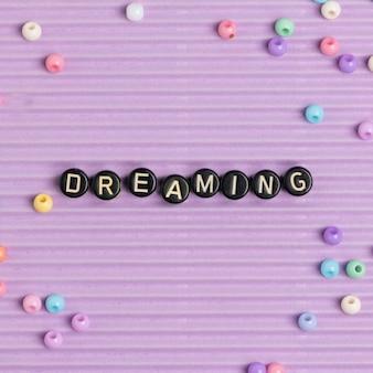 Dreaming missangas tipografia de texto em roxo