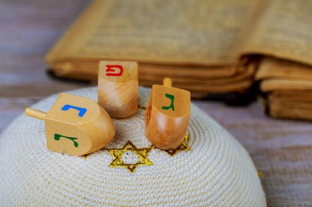 Dreidels para hanukkah na mesa de madeira