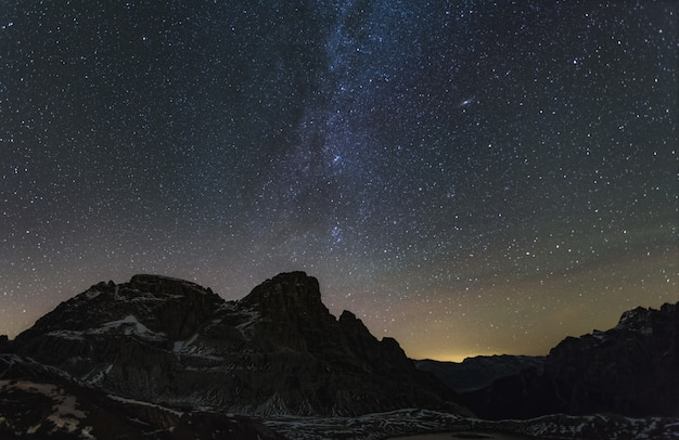 Dreischusterspitze montanha nos alpes italianos e a via láctea com galáxia de andrômeda