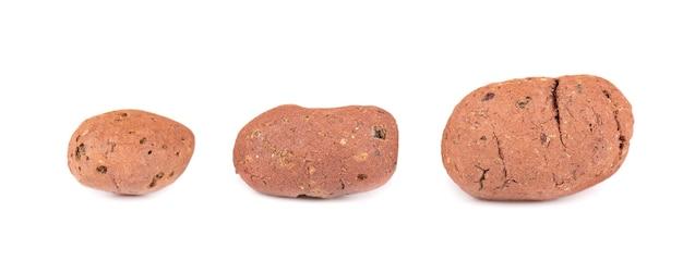 Drenagem de argila expandida isolada no fundo branco. seixos inteiros de argila marrom.