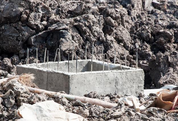 Drenagem de esgoto de concreto em construção.