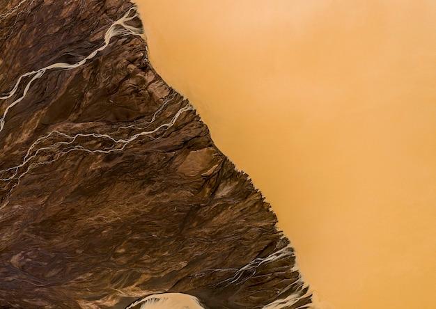 Drenagem de esgoto sujo para o rio, retirado de cima de um drone
