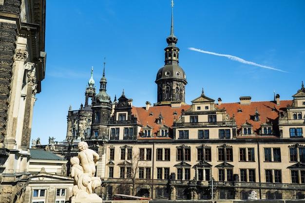 Dresden, suíça saxônica, alemanha: uma rua no centro da cidade e os edifícios antigos de dresden