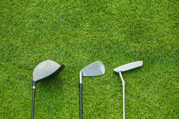 Drivers de clubes de golfe sobre fundo de campo verde