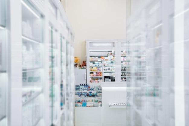 Drogaria interna. vitrine de luz se estendendo ao longo das paredes e localizada em uma drogaria