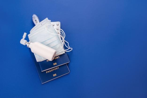 Drogas, máscaras contra vírus. passaportes sobre um fundo azul. quarentena.coronavírus