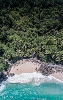 Drone aéreo vista de cima para baixo do lindo mar azul da praia